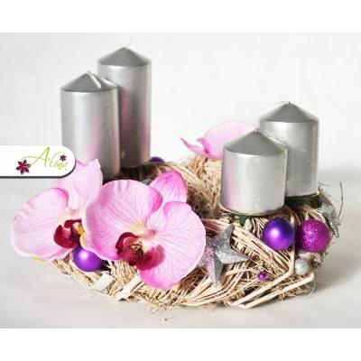 Adventný veniec s kvety orchideí