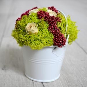 Dekorácia na stôl s konzervovanými ružami
